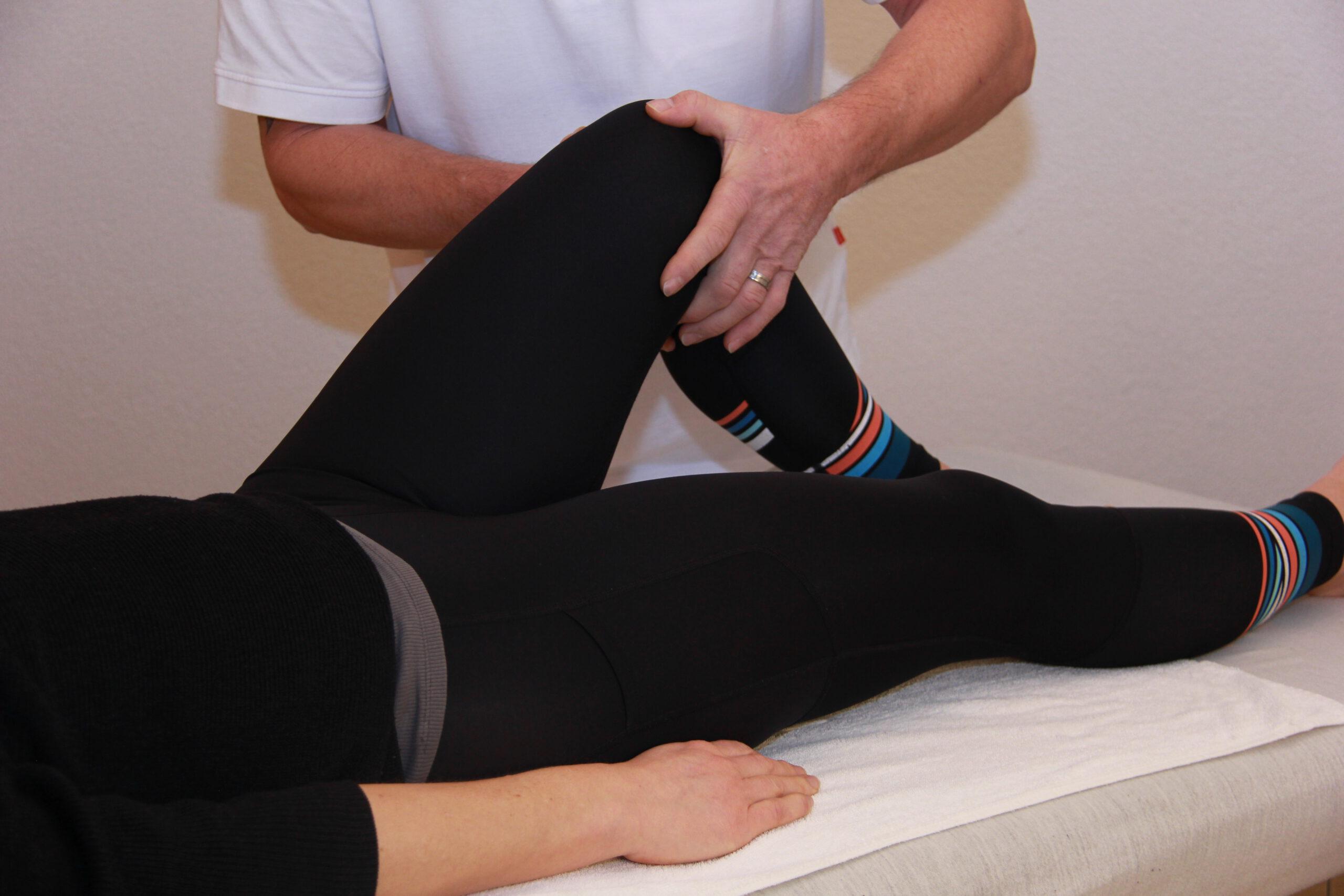 Osteopath behandelt Knie